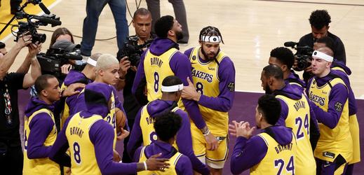 Basketbalisté Lakers před utkáním s Portlandem.