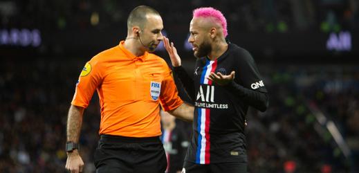Neymar v dialogu s rozhodčím zápasu.