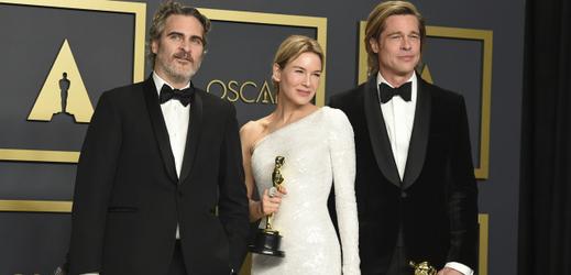 Joaquin Phoenix, Renée Zellwegerová a Brad Pitt (zleva).