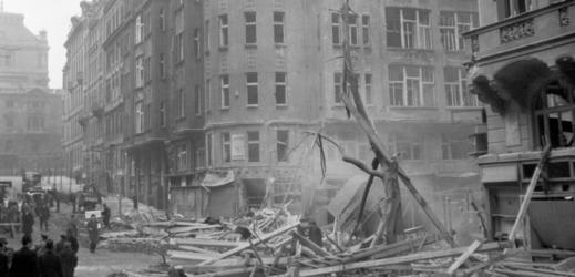Následky bombardování Prahy 14. února 1945 na Vinohradech.