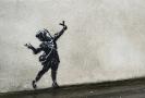 Dívka s prakem v Bristolu.