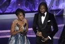 Karen Rupert Toliverová a Matthew A. Cherry přijímají cenu Oscar za film Hair Love.