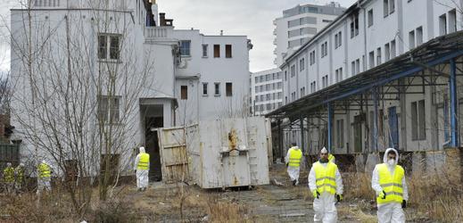 Majitelé vyklízejí problémový dům v Plzni obývaný bezdomovci.