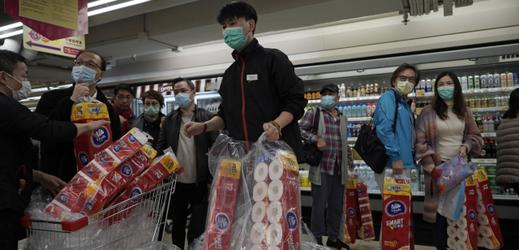 Lidé v supermarketu v Hongkongu.
