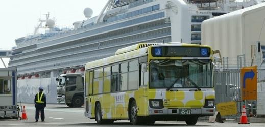 Loď Diamond Princess a autobus určený k evakuaci pasažérů.
