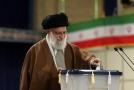 Ajatolláh Alí Chameneí u volební urny.