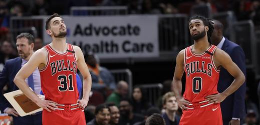 Basketbalisté Chicaga Tomáš Satoranský (vlevo) a Coby White.