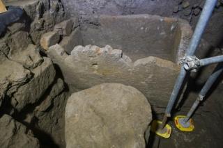 V odkryté jámě pod starou budovou Senátu lze zahlédnout tvar, který nejvíce připomíná kamennou vanu.