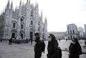 Lidé s rouškami v Miláně.