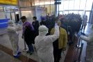 Lékaři na letišti v Íránu.