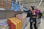 Lidé si dělají zásoby trvanlivých potravin, řetězce se snaží uspokojit poptávku