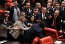 Po kritice Erdoganovy politiky v Sýrii se strhla v parlamentu rvačka.
