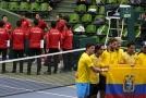 Radost tenistů Ekvádoru (ve žlutém) po postupu přes Japonce.