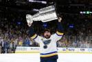 David Perron ze St. Louis Blues zvedá nad hlavu Stanley Cup.