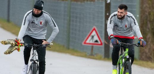 Tomáš Koubek (vpravo) při tréninku Augsburgu s jeho brankářským kolegou.