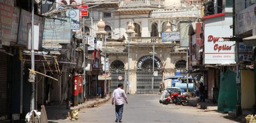 Téměř opuštěné ulice v indické Bombaji.
