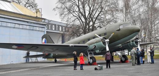 Vojenský historický ústav v Praze převzal 21. listopadu 2018 do své muzejní sbírky vojenský transportní letoun Douglas DC-3 Dakota.