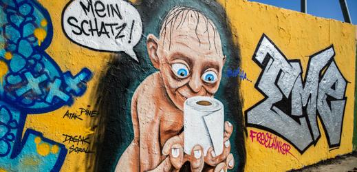 """V Německu vznikají na téma toaletní papír i umělecké malby. Glum, postava z Pána prstenů, drží v rukách svého """"miláška""""."""