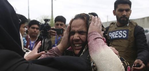 Lidé po útoku v Kábulu.