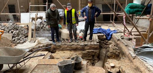 Archeologové při rekonstrukci pardubického zámku objevili mohutnou zeď z opuky, která tu ve 14. století tvořila obytně obrannou hranolovou věž, takzvaný donjon. Jde o pozůstatky původního hradu před pozdějšími přestavbami.