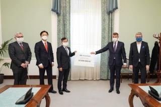 Finanční dar 10 000 000 Kč symbolicky převzali předseda vlády Andrej Babiš a ministr průmyslu a obchodu a ministr dopravy Karel Havlíček na Úřadě vlády ve Strakově akademii.
