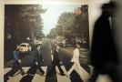 Fotografie z desky Abbey Road v muzeu kapely Beatles.