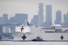 Armádní nemocniční loď USNS Comfort v New Yorku.