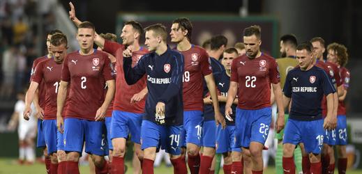 Hráči ČR jdou po zápase s Černou Horou pozdravit fanoušky.