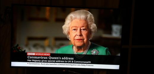 Alžběta II. poděkovala lidem, kteří zůstali doma. Sama patří do ohrožené skupiny