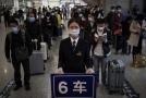Obyvatelé Wu-chanu čekají na vlak.