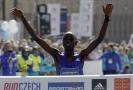 Keňský maratonec Wanjiru má zastavenou činnost.