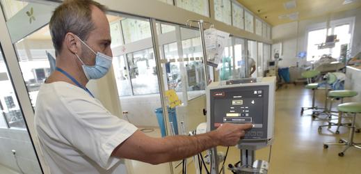 Primář Tomáš Gabrhelík ukazuje přístroj pro mimotělní krevní oběh, který umí u pacientů v těch nejzávažnějších stavech nahradit funkci plic a srdce.