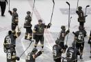 Hokejisté Vegas se zdraví s diváky po vydařeném zápase.