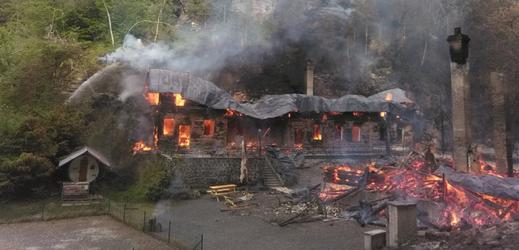 Požár dvou historických chat.