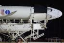 Příprava rakety Falcon 9, jež ponese vesmírnou loď Crew Dragon.