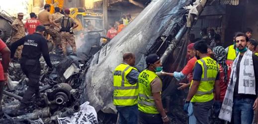 Trosky airbusu, který spadl v Karáčí.