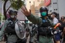 Policisté zasahují při demonstraci v Hongkongu.