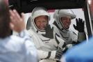 Astronauti Douglas Hurley (vlevo) a Robert Behnken před nástupem na palubu lodi 27. května, než se start rakety odvolal.