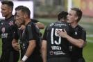 Petr Ševčík ze Slavie (vpravo) přijímá gratulaci ke gólu od spoluhráčů.