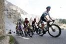 V popředí německý cyklista Emanuel Buchmann.