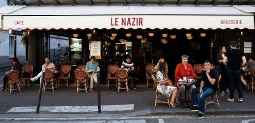 Pařížané si po dlouhé době mohli dát kávu v restauraci, i když jen na zahrádkách
