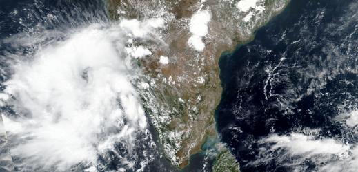 K pobřeží Indie se blíží cyklon Nisarga. Zasáhne Bombaj