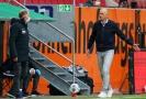 Rozzlobený trenér Augsburgu Heiko Herrlich.