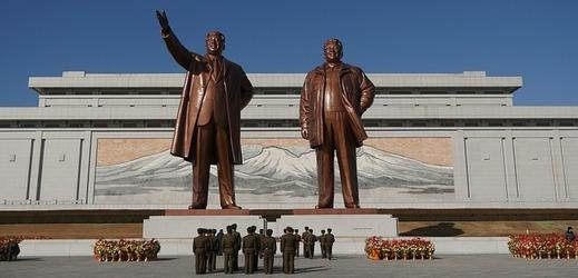 Velký památník Mansudae se sochami zesnulých severokorejských vůdců Kim Ir-sena a Kim Čong-ila.