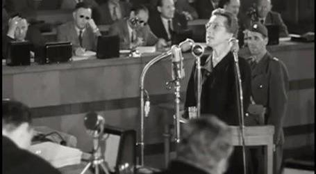Fotografie Milady Horákové stojící před soudem.