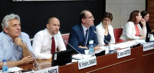 Novým francouzským premiérem je Jean Castex (uprostřed).