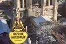 Aktivista organizace Greenpeace s transparentem.