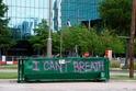 """Nápis """"Nemohu dýchat"""" v ulicích amerických měst."""