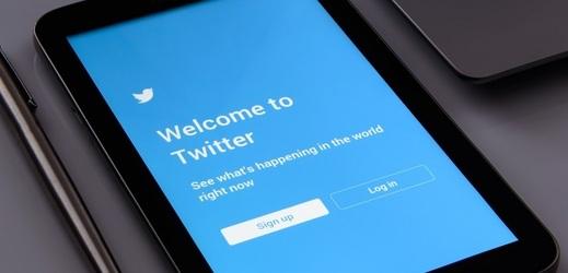 Twitter zažil bezprecedentní útok, o peníze nejspíš nešlo.