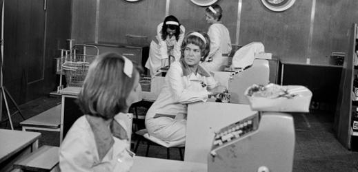 Božena Böhmová v seriálu Žena za pultem (1977).